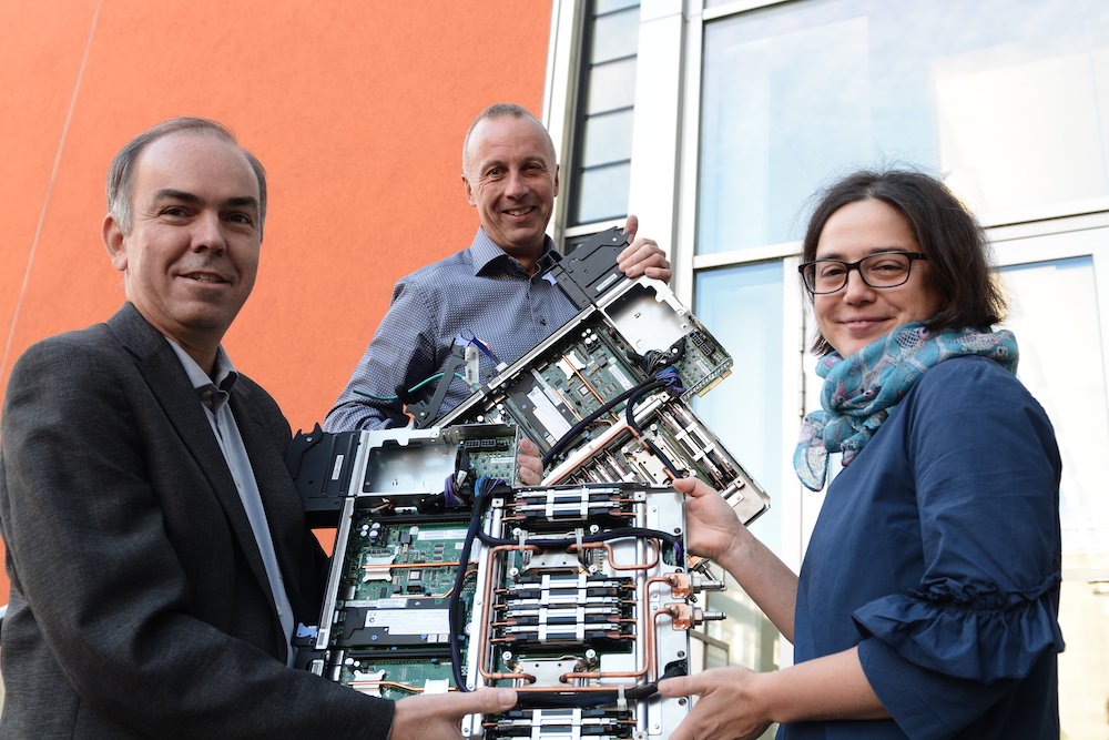 Prof. Kranzlmüller and Dr. Huber deliver the processor to Dr. Carola Dahlke of Deutsches Museum. Photo: A.Podo